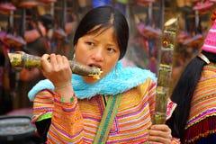 тросточка ест детенышей женщины сахара Стоковые Изображения RF