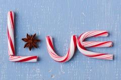 Тросточка и анисовка конфеты говоря слово по буквам любят Стоковое Фото
