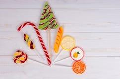 Тросточка конфеты и красочные различные леденцы на палочке как плодоовощи и Христос Стоковое Фото