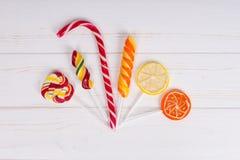 Тросточка конфеты и красочные яркие различные леденцы на палочке как апельсин и Стоковые Фото