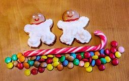 Тросточка конфеты и домодельные печенья с сливк на деревянной предпосылке Стоковое Фото