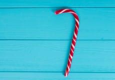 Тросточка конфеты на деревянной доске бирюзы Стоковое Изображение RF