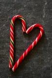 Тросточка конфеты на черной мраморной предпосылке Стоковая Фотография RF