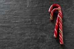 Тросточка конфеты на черной мраморной предпосылке Стоковое Изображение