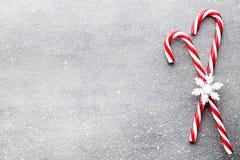 Тросточка конфеты Оформления рождества с серой предпосылкой Стоковое Фото