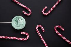 Тросточка конфеты рождества, зефир мяты на черной предпосылке звезды абстрактной картины конструкции украшения рождества предпосы Стоковое Изображение