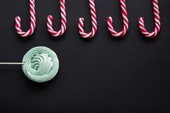 Тросточка конфеты рождества, зефир мяты на черной предпосылке звезды абстрактной картины конструкции украшения рождества предпосы Стоковые Изображения RF