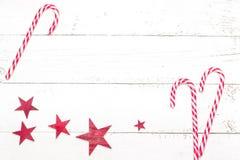 Тросточка конфеты рождества на белой деревянной предпосылке скопируйте космос Стоковые Изображения
