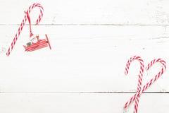 Тросточка конфеты рождества на белой деревянной предпосылке Стоковое фото RF