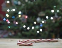 Тросточка конфеты с предпосылкой рождественской елки Стоковые Изображения