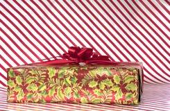 Тросточка конфеты stripes предпосылка с обернутым подарком Стоковое фото RF