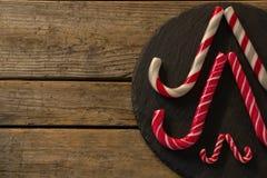 Тросточки конфеты аранжированные на древесине Стоковые Изображения