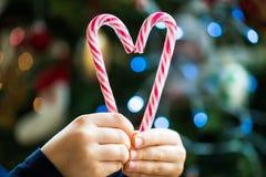 Тросточки конфеты в форме сердца стоковые изображения