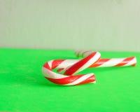 2 тросточки конфеты которое entwined совместно Стоковая Фотография RF