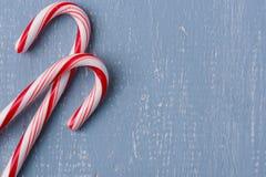 Тросточки конфеты на свете - голубой деревянной предпосылке Стоковые Изображения RF