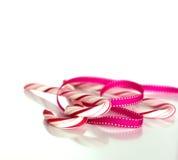 Тросточки конфеты обернутые в декоративной ленте Стоковое Изображение