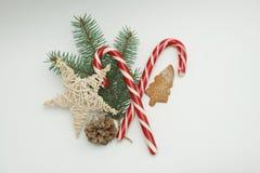 Тросточки конфеты рождества, декоративная звезда, печенья и ветви ели Стоковая Фотография RF