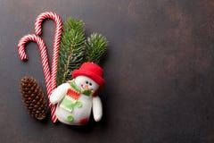 Тросточки конфеты рождества, игрушка снеговика и ель Стоковое Изображение