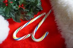 2 тросточки конфеты рождества на шляпе Санты Стоковое Фото