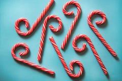 Тросточки конфеты рождества праздничные на пастельной предпосылке Стоковая Фотография RF