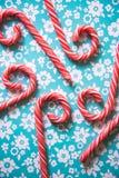 Тросточки конфеты рождества праздничные на пастельной предпосылке Стоковая Фотография