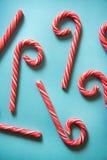 Тросточки конфеты рождества праздничные на пастельной предпосылке Стоковые Изображения RF