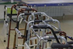 Тросточки, костыли, и другие приборы для выведенного из строя двигать и больных стоковая фотография rf