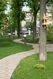 Тротуар гранита других цветов в форме круга в дворе церков Стоковые Изображения