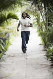тротуар мальчика идущий подростковый стоковое изображение rf