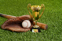Трофей бейсбола крупного плана с шариком и перчаткой летучей мыши Стоковые Изображения
