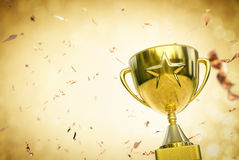Трофей звезды золота на предпосылке яркого блеска золота стоковое фото