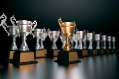 Трофей уникально чемпиона золотой стоя из толпы уникально l стоковые изображения