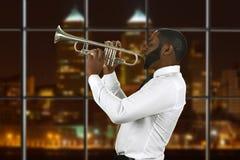 Трубач Афро играя музыку Стоковые Фотографии RF