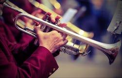 трубач играет его трубу в духовом оркестре Стоковые Изображения