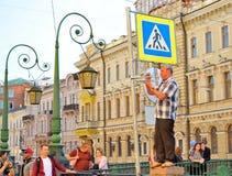 Трубач улицы играет вокруг итальянского моста над Griboe Стоковые Фото