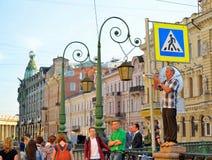 Трубач улицы играет положение на загородке channe Griboedov Стоковые Изображения RF