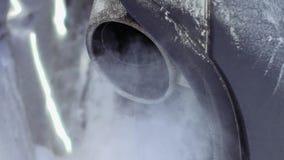 Труба автомобиля сопит вне выхлопной газ акции видеоматериалы