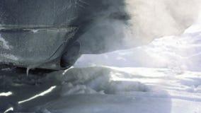 Труба автомобиля сопит вне выхлопной газ видеоматериал