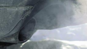 Труба автомобиля сопит вне выхлопной газ сток-видео