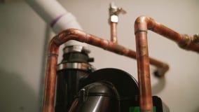 Труба водопровода и трубопровод домашнего хозяйства близко вверх по съемке тележки дома акции видеоматериалы