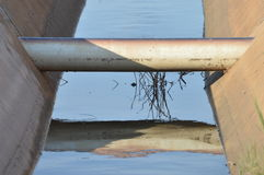 Труба водопровода через 2 конкретных склонных сляба Стоковое Фото