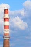 Труба высокорослой печной трубы красная и белая современного завода и голубого неба Стоковые Изображения
