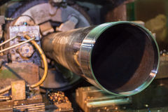Труба делая продевая нитку машиной Стоковые Фотографии RF