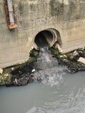 Труба или дренаж сточных водов загрязняя окружающую среду, конкретную трубу стоковое фото