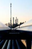 труба и силуэт нефтеперерабатывающего предприятия Стоковые Фото