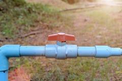 Труба клапана воды голубая в ферме Стоковые Изображения RF