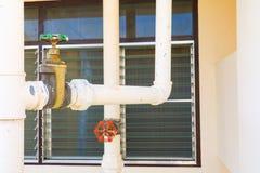Труба крана соединения трубопровода клапана воды стальная с космосом экземпляра добавляет текст Стоковая Фотография