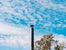 Труба печной трубы металла сделанная из нержавеющего металла против голубого неба Стоковое Изображение RF