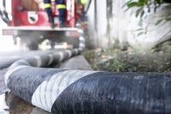 Труба шланга к пожарной машине Стоковые Изображения