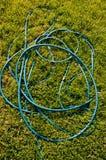 Труба шланга на траве сада Стоковая Фотография RF